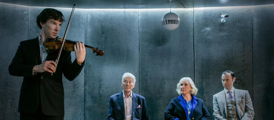 Sherlock (Benedict Cumberbatch), seine Eltern (Timothy Carlton und Wanda Ventham) und sein Bruder Mycroft (Mark Gatiss, re.) müssen sich einem Familiengeheimnis stellen.