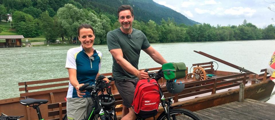 Marco Schreyl und seine Begleiterin Anna Pacher auf E-Bikes