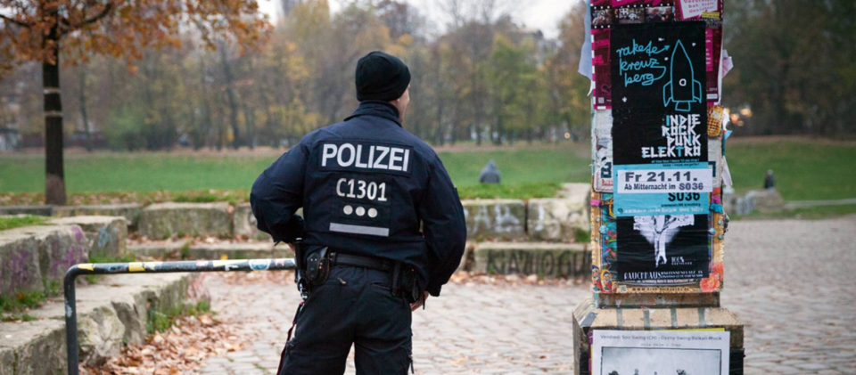 Polizeibeamter im Görlitzer Park (Bild: imago-images stock&people)