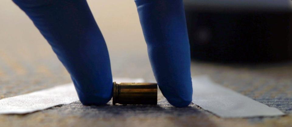 Die Kriminalisten sichern zwei Geschosshülsen am Tatort. Später werden diese von den Schusswaffenexperten bei der Kripo untersucht. Mit Glück liefern die Hülsen den Ermittlern eine Spur zum Täter.