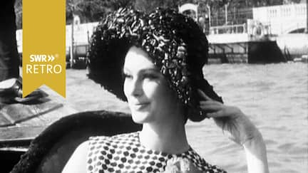 Model auf Boot in Venedig