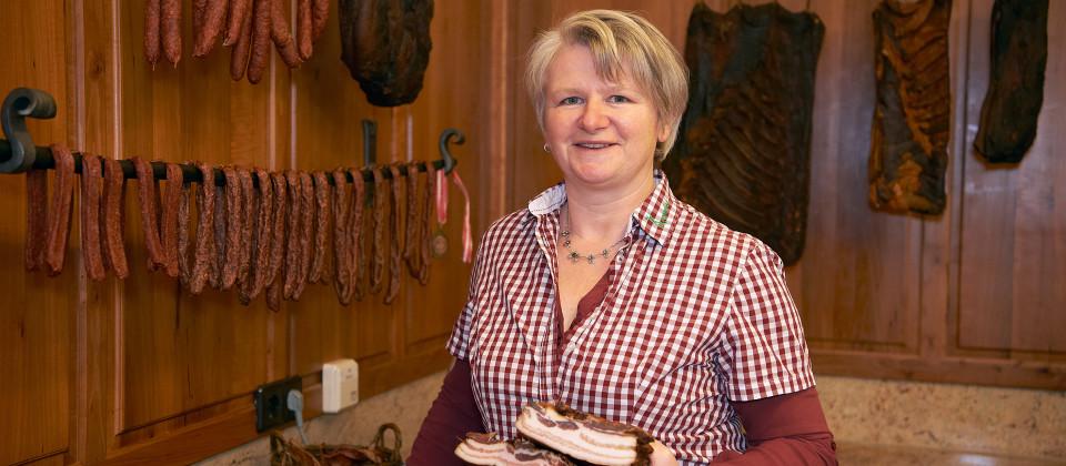 Gastgeberin Brigitte Müllerleile vom Kasperhof im Schuttertal im Schwarzwald. Die Spezialität des Hofes ist Schwarzwälder Schinken.