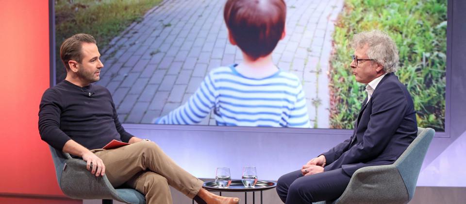 Moderator Dennis Wilms mit Kinderschmerztherapeut Prof. Boris Zernikow