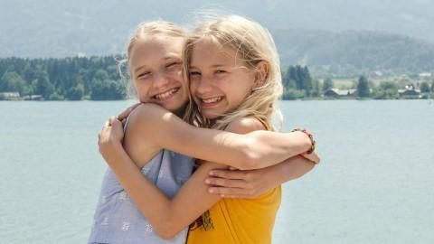 Luise und Lotte umarmen sich