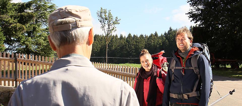 Familie Katharina und Oliver Hansen (Anne-Marie Lux, Mi. und David Liske, re.) trifft auf dem Fallerhof ein und Karl (Peter Schell, li.) nimmt sie in Empfang.