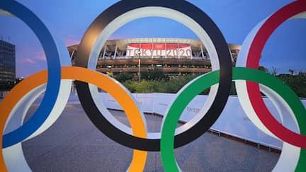 Die Olympischen Ringe vor dem Olympiastadion Tokio.