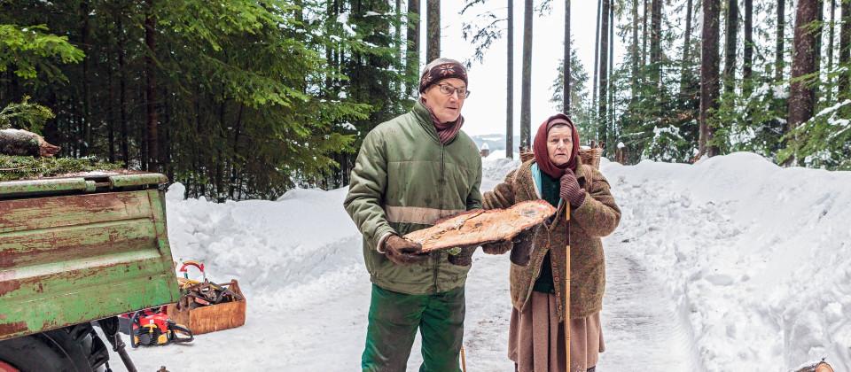 Karl (Peter Schell, li.) trifft auf Lioba (Lisbeth Felder) im Wald.