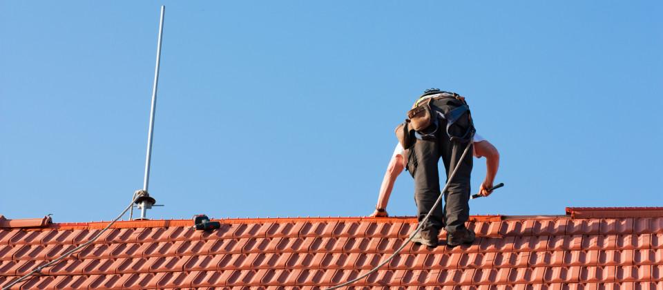 Ein Dachdecker bei der Arbeit
