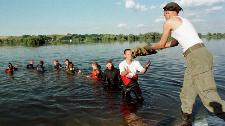 Soldaten und Taucher verstärken mit Sandsäcken einen Deich an der Oder bei Hohenwutzen am 02.08.1997 (Quelle: dpa/Eckehard Schulz)