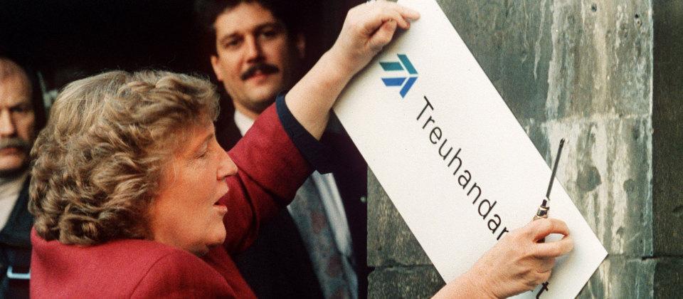 Birgit Breuel entfernt das Schild der Treuhandanstalt in Berlin