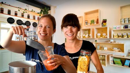"""Die beiden Gründerinnen Christine Müller und Jenny Fuhrmann in ihrem Unverpacktladen """"gramm.genau"""" in Frankfurt."""
