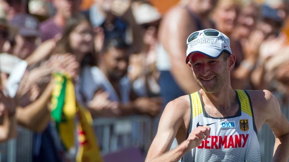 Carl Dohmann aus Deutschland läuft ins Ziel ein.