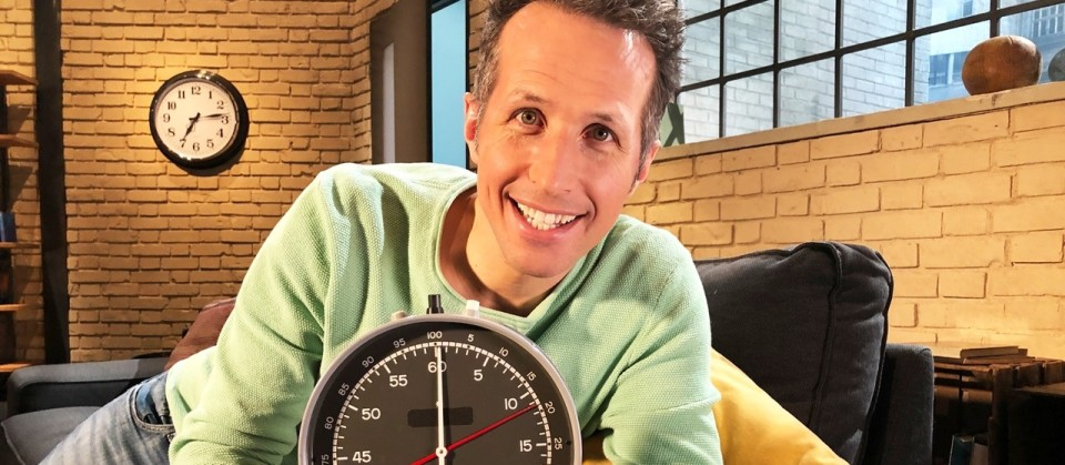 """""""Gut zu wissen""""-Moderator Willi Weitzel erklärt in dieser Sendung, wie unsere innere Uhr tickt und wann die beste Tageszeit für Sport ist. Außerdem stellt er den ersten Professor für vegane Ernährung vor und fragt nach, ob der Dunkelmodus im smartphone, besser für unsere Augen ist."""