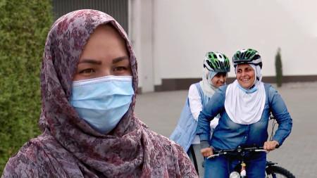 Frau trägt Kopftuch und Mundschutz