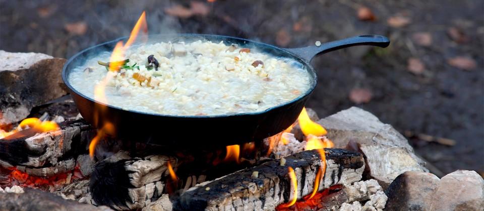 Schlotziges Wald-Pilz-Risotto mit würzigem Bergkäse vom Lagerfeuer Waldpilzrisotto mit Käse-Chips - auf dem Lagerfeuer zubereitet.