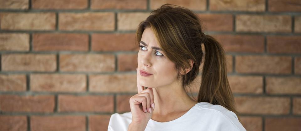 Eine Frau denkt nach