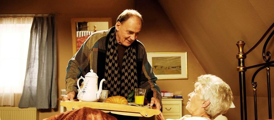 Herbert (Bruno Ganz) hat Maria (Nicole Heesters) zum Hochzeitstag Frühstück gemacht, er verschüttet den Orangensaft