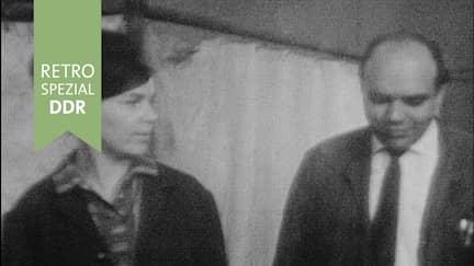Frau und Mann in Bürokleidung im Gespräch