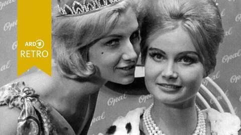 Miss Germany und Miss Universum 1961 Marlene Schmidt (re) nimmt die Glückwünsche ihrer Vorgängerin Ingrun Möckel entgegen