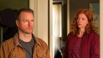 Ein Mann und eine Frau stehen in einem Türrahmen.