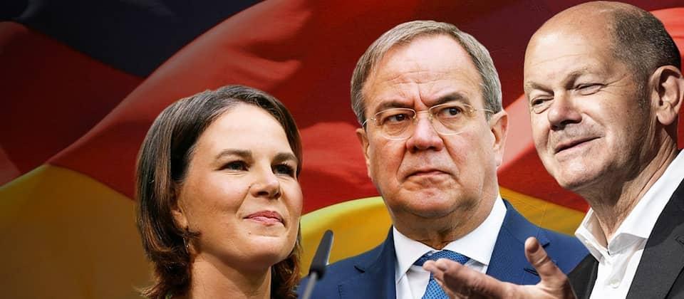 Kanzlerkandidat:innen Baerbock, Laschet, Scholz vor einer Deutschlandfahne