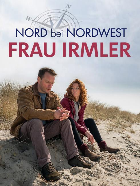 Hauke (Hinnerk Schönemann) und Jule (Marleen Lohse) sitzen am Strand.