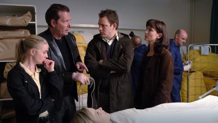 Irene Huss (Angela Kovacs, 2.v. rechts) und ihre Kollegen Birgitta Moberg (Emma Swenninger, links), Jonny Blom (Dag Malmberg, 2.v. links) und Fredrik Strindh (Eric Ericson) untersuchen den Mord an der Krankenschwester Linda (Rebecka Andréasson).