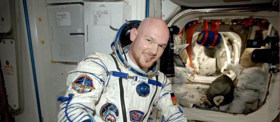 Alexander Gerst testet den Sokol, den Raumanzug, in dem der Astronaut an Bord der Sojuskapsel wieder zur Erde reisen wird.