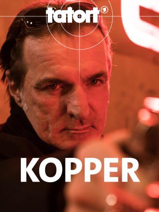 Andreas Hoppe alias Mario Kopper richtet seine Waffe auf jemanden