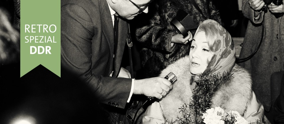 Mit einer IL 18 traf die weltbekannte Schauspielerin und Sängerin Marlene Dietrich zu einem Gastspiel in der DDR am 03.01.1964 auf dem Zentralflughafen der INTERFLUG in Berlin-Schönefeld ein. Im Empfangsgebäude gab der Star den zahlreichen Pressevertretern Interviews. Foto: ddrbildarchiv/Schönfeld Neg. 6 x 9 Nr. 188 +++(c) dpa - Report+++