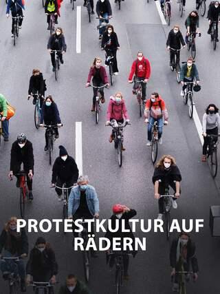 Eine Gruppe von demonstrierenden Fahrradfahrern. (Quelle: IMAGO/Serienlicht)