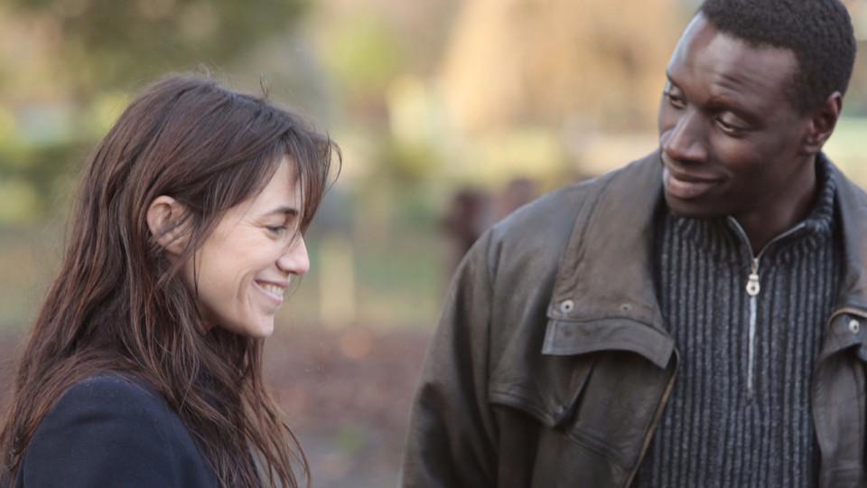 Samba (Omar Sy) und Alice (Charlotte Gainsbourg), seine Betreuerin bei der Flüchtlingshilfe, kommen sich näher.  © rbb/Degeto/Senator