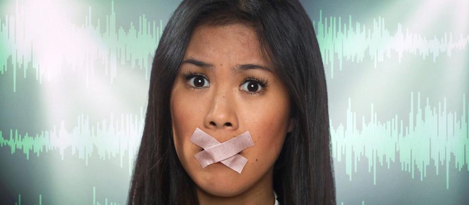 Montage: Mai Thi Nguyen-Kim mit Pflastern über dem Mund