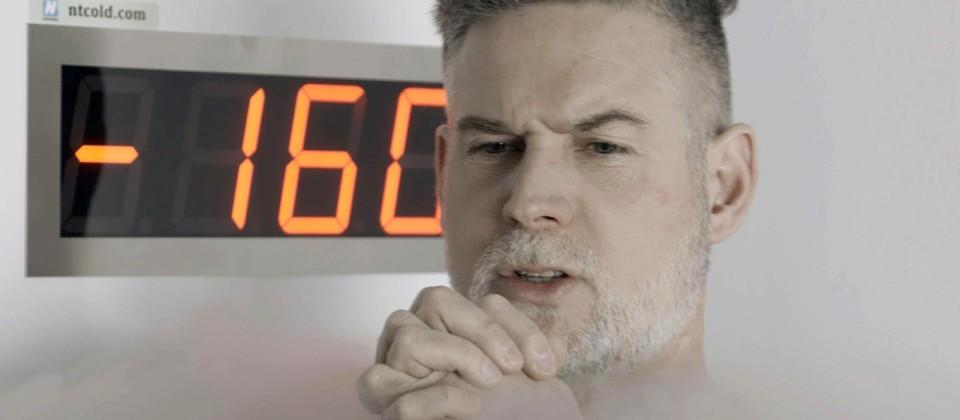 Moderator Sven Oswald im Selbstversucht bei einer Kryotherapie. © rbb/Fabian Uhlmann