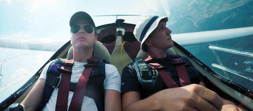 Zwei junge Leute im Segelflugzeug