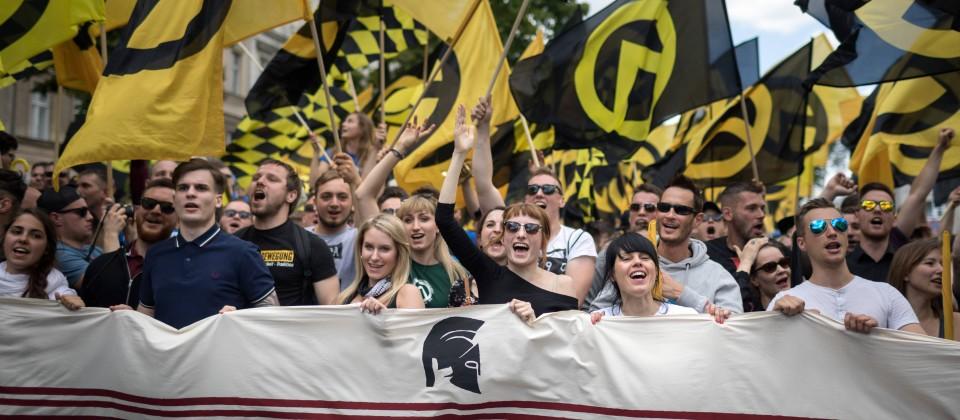 17.06.2017: Teilnehmer einer Demo der rechtsextremen Identitären Bewegung in Berlin. In der Bildmitte mit Sonnenbrille die Aktivistin Melanie Schmitz aus dem Umfeld der rechtsxtremen Gruppe Kontrakultur Halle.