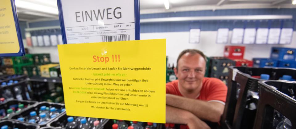 ans-Peter Kastner, Geschäftsführer der Getränke Kastner GmbH, steht in seinem Getränkehandel hinter Mineralwasserkisten.