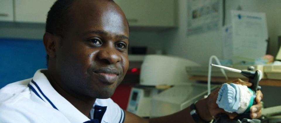 Vapula: Einst Flüchtlingskind aus Nambia, heute ein erfolgreicher Zahnarzt in München. | Bild: Michael Maylandt