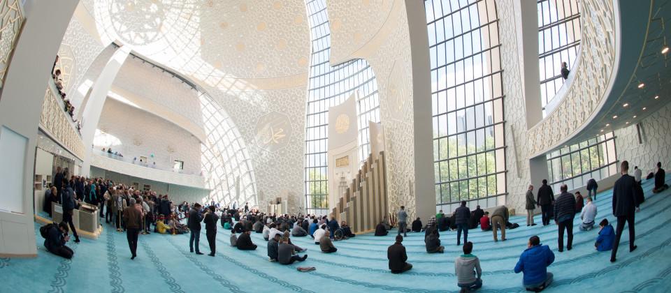 Moslems beten beim Mittagsgebet am Tag der offenen Moschee in der der Zentralmoschee in Köln-Ehrenfeld.