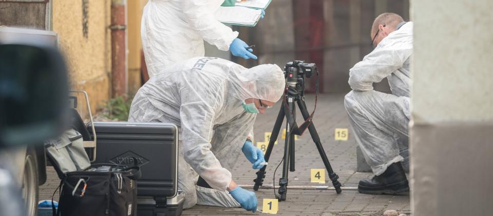 Experten der Kriminalpolizei sichern die Spuren am Tatort in der Stetzscher Strasse in der Dresdner Neustadt.