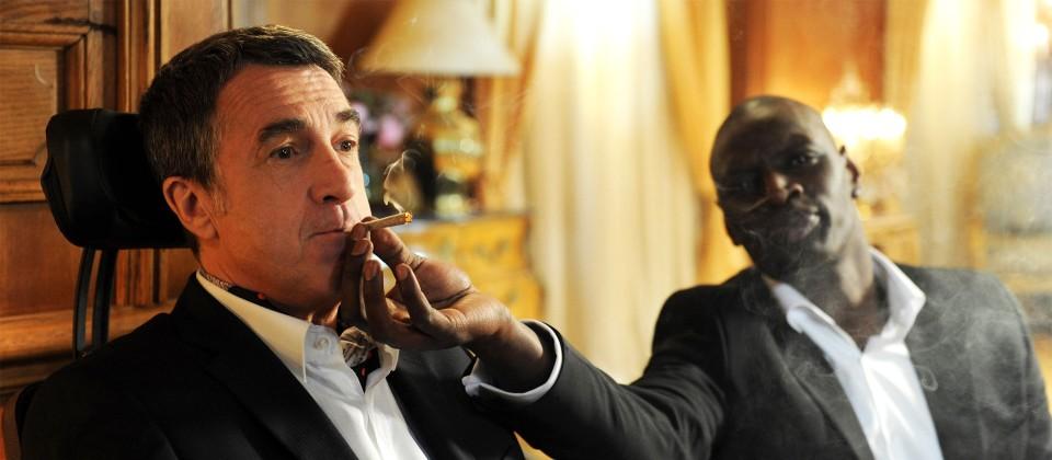 Driss (Omar Sy, re.) möchte Philippe (François Cluzet) etwas lockerer machen. © rbb/ARD Degeto/Quad Productions