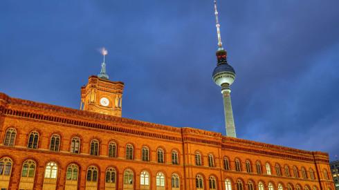 Blick auf das rote Rathaus und den Fernsehturm. (Quelle: imago images / Panthermedia)