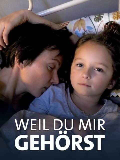 Anni (Lisa Marie Trense) und Julia (Julia Koschitz) suchen Trost beieinander.