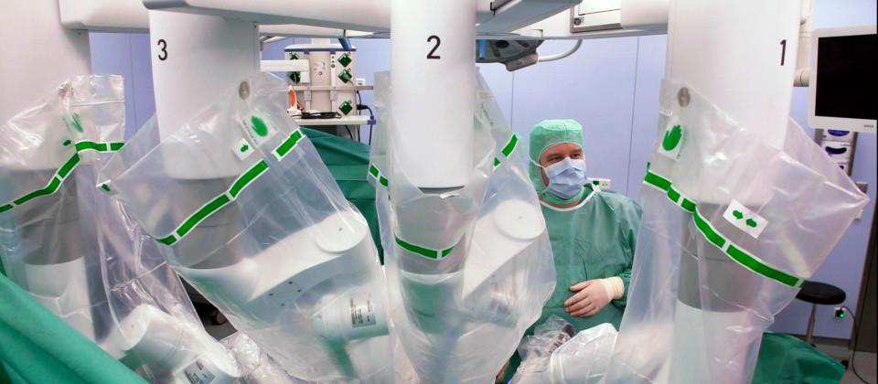 Roboter operieren nicht selbst, sondern unterstützen den Chirurgen.