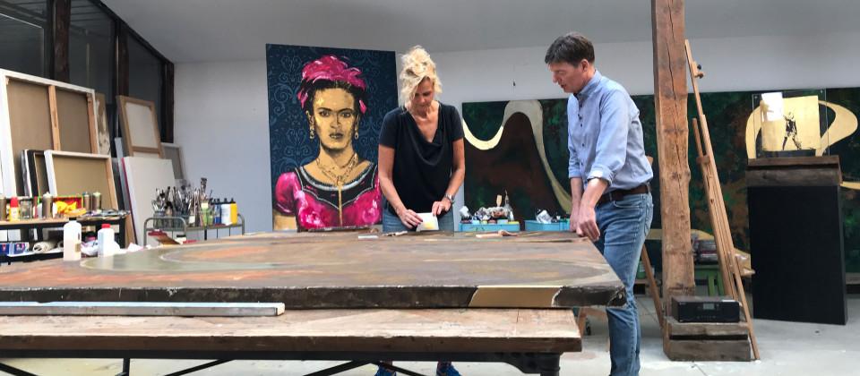 Eine Künstlerin mit Dieter Voss im Atelier
