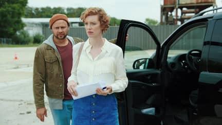 Luise Wolfram mit Regisseur Uli beim Fahrtraining.