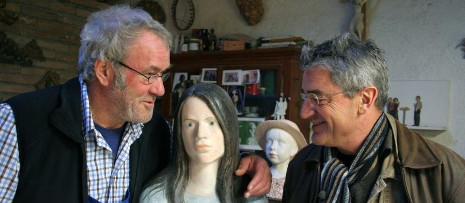 """Franz X. Gernstl zu Besuch beim Bildhauer Louis Höger (links). Höger hat eine Holzskulptur nach dem Vorbild seiner Nachbarin Melanie gearbeitet und seine Schöpfung """"Eva"""" genannt."""