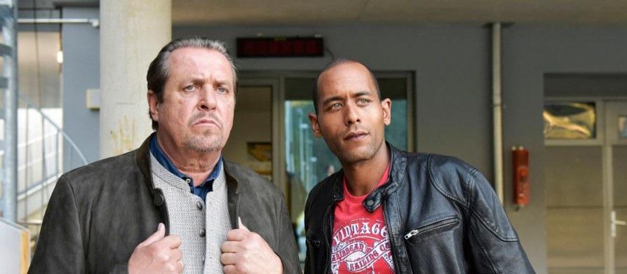 Benedikt Beissl (Andreas Giebel, l.) und Jerry Paulsen (Peter Marton, r.) schauen sich auf der Bobbahn um.