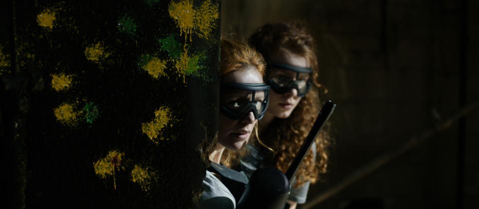 Liv (Lavinia Wilson) und ihre Tochter Alicia (Nadja Sabersky) beim Paintball-Spiel