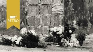 Blumen für Maueropfer an der Mauer in der Bernauer Straße